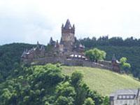Zur Burg Cochem kann man auf einer Weinreise an die Mosel eine tolle Wanderung unternehmen.