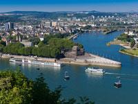 In dem Deutschen Eck in Koblenz mündet die Mosel in den Rhein.