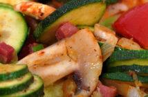 Mediterrane Reispfanne mit Zucchini und Weißwein
