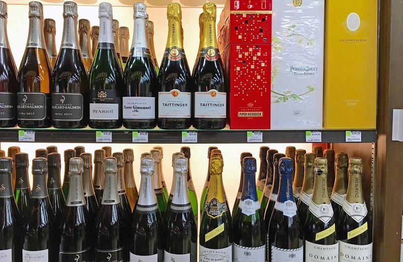 """Die meisten Champagner aus Frankreich tragen die Bezeichnung """"Brut"""", was bedeutet, dass der in dem Champagner enthaltene Zucker sehr gering ist. Meist nur so wenig, dass die Säure, die durch die Flaschengärung erzeugt wird, neutralisiert oder auf einem sehr geringen Niveau gehalten werden kann. Daneben gibt es aber auch andere Champagner-Arten aus """"France"""", (#02)"""