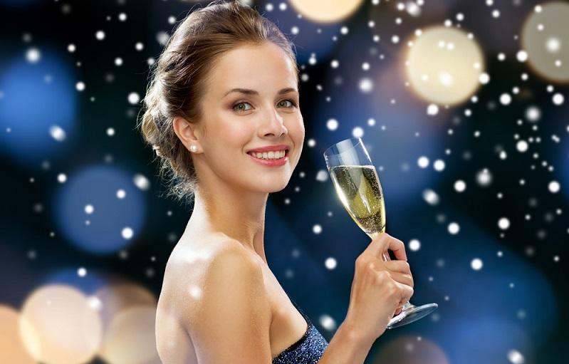 Champagner aus Frankreich zählt zu den exklusivsten Getränken auf der Welt. Der Grund liegt unter anderem darin, dass das Anbaugebiet und die Rebsorten, die verwendet werden dürfen, stark reglementiert sind und auch die Bezeichnung Champagner juristisch geschützt ist. (#03)