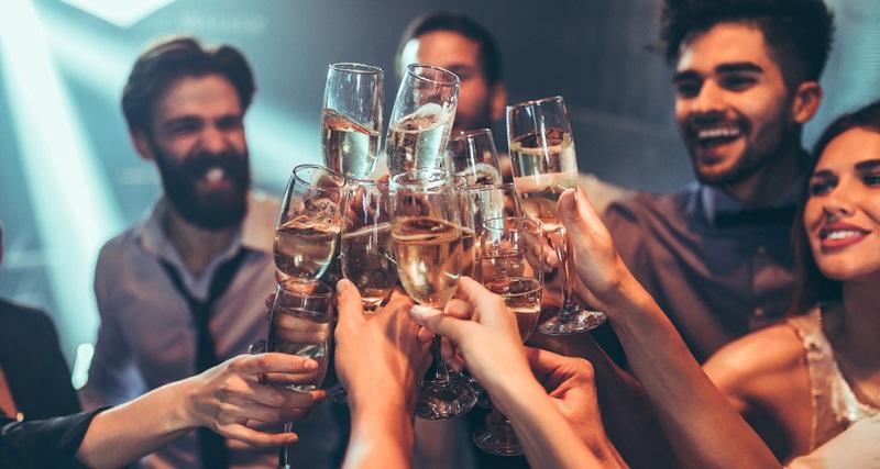 Besten Champagner zu trinken, galt lange Zeit als ein Privileg der absoluten Oberschicht. (#01)
