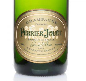 Perrier Jouet Grand Brut Die Sorte zeigt sich im Test sehr reif und voll im Geschmack, wobei die Fülle durch die würzigen und fast parfümartigen Noten noch verstärkt wird.(#04)