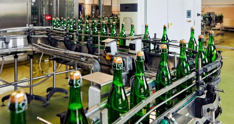 Nach der Dosage ist das Getränk bereits verzehrfertig. Bevor es in den Handel gelangt, sind jedoch noch einige weitere Schritte notwendig. Zunächst ist es erforderlich, einen Korken anzubringen.(#05)