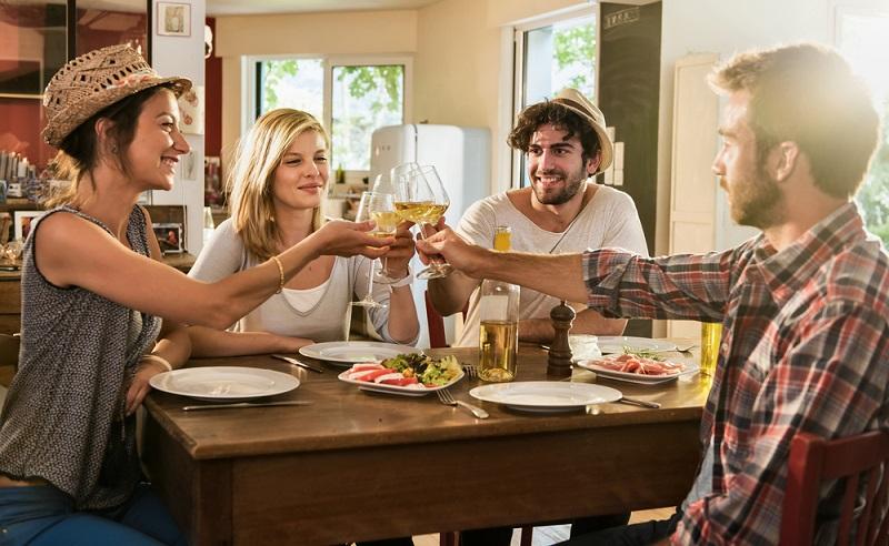Mit Freunden kochen, gemeinsam das Essen kosten und dazu einen leckeren Weißwein. (Foto: Shutterstock-Jack Frog)