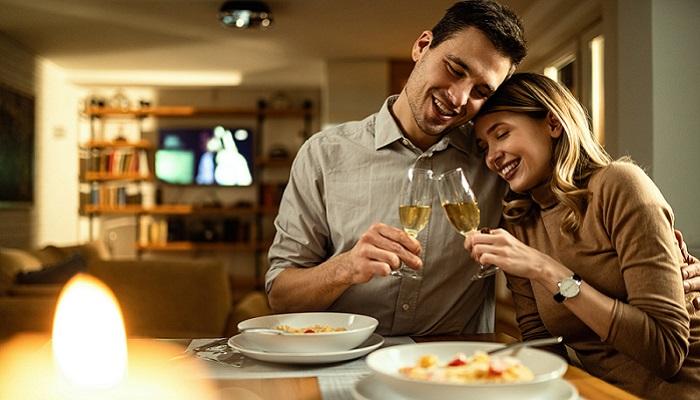 Ein leckeres Gericht, liebe Gesellschaft und einen wohlschmeckenden Wein, besser geht es nicht. ( Foto: Shutterstock- Drazen Zigic )